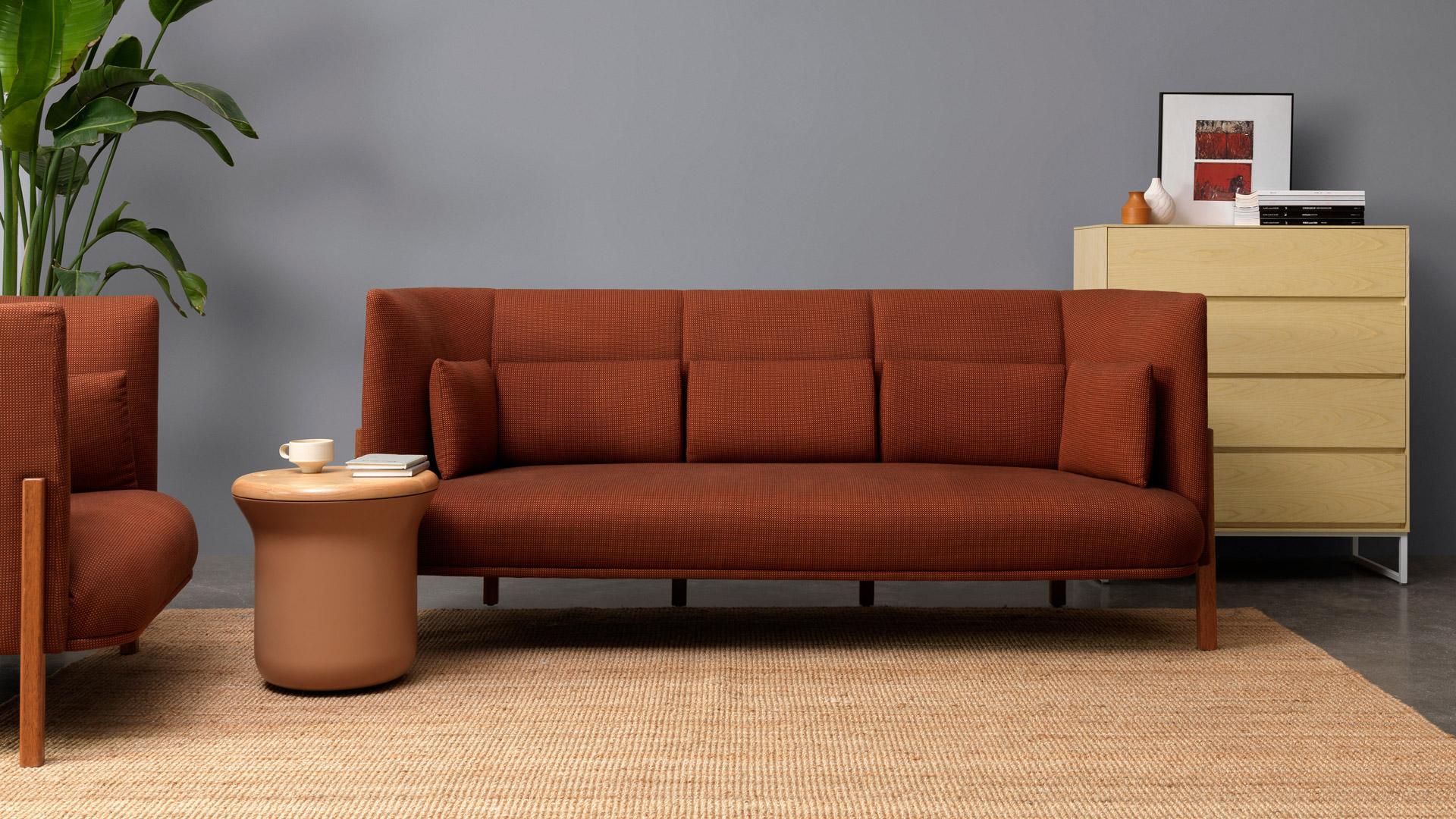 流畅的线条设计化繁为简,一个看似密闭的小凳,置于客厅一角,有效利用边角闲置空间,既可舒适安坐又可充裕储物,轻松收纳随用随取的物品,避免任意丢放的杂乱感。