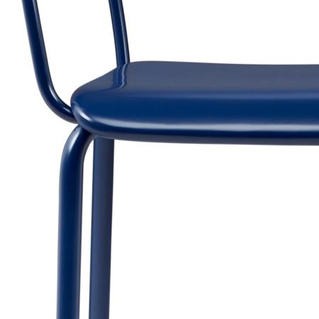 金属架与木板精密咬合,不留明显缝隙,坐板可承重270斤