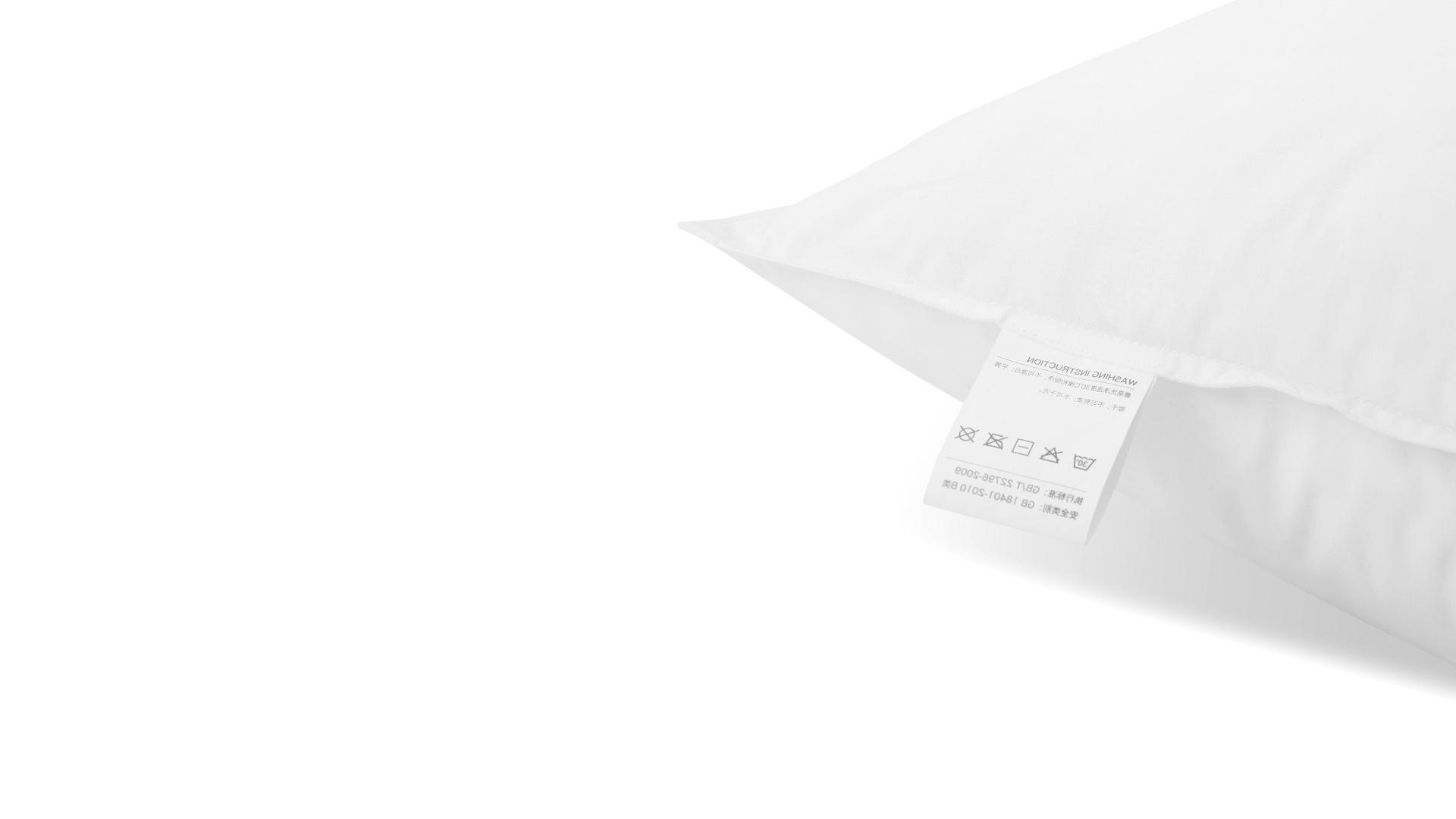 每款枕芯表面都采用内衣品级100%全棉面料,面料纱线以40纱支200根密度为标准,质感细腻柔软,具有吸汗排湿、保温、耐热、安全不刺激的特性,送给头部的轻柔触抚。