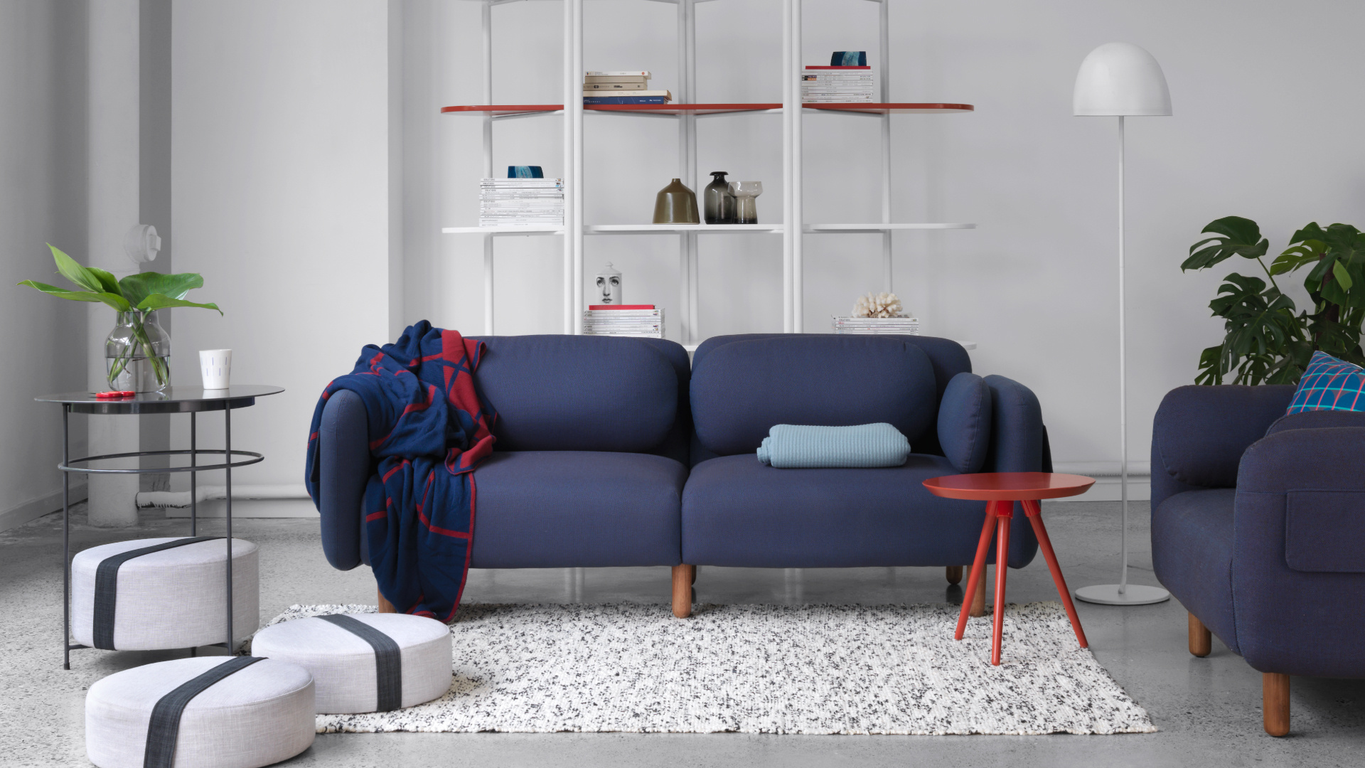 深色鹅卵石沙发定下沉稳基调,搭配一系圆润物件,为客厅注入年轻酷感,围绕着高挑透亮的空间格局,铺满周末的悠闲惬意。