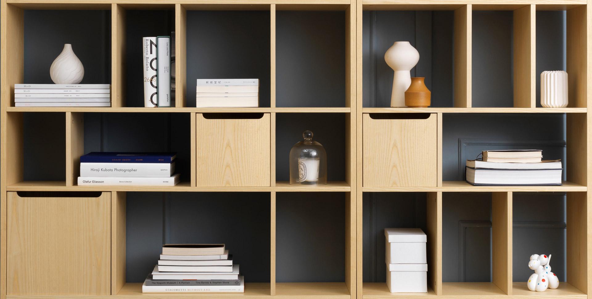 """""""画板套系""""的匿名性设计理念,赋予简约的几何构线,用形态最少的陈列方格,构建出一个大气、耐看的木作书架。0.8米与1.2米两种宽度,灵巧身形适应各种空间。"""