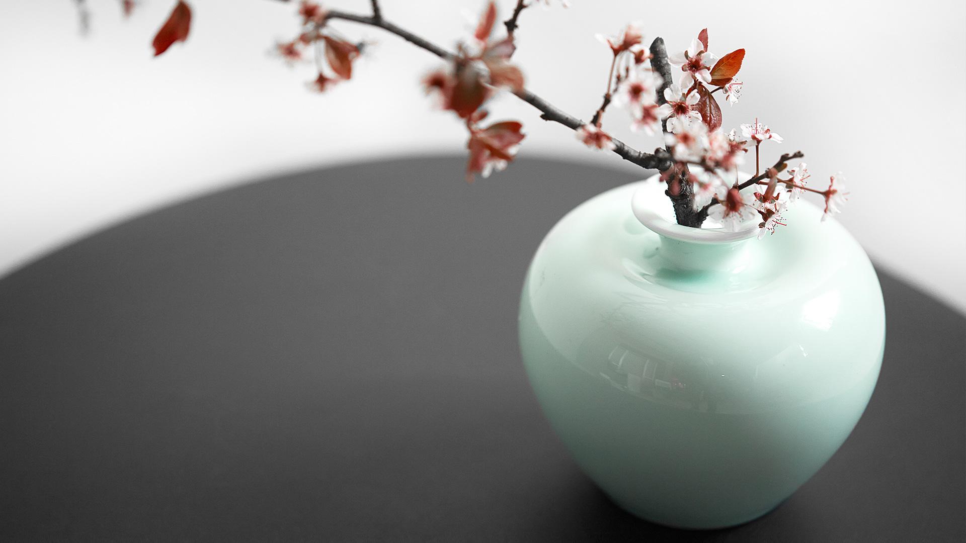 找到桌饰插花的乐趣,停下眼前的忙碌,随手摘一朵小花或是嫩枝,居室一隅立即弥漫清新的气息。?x-oss-process=image/format,jpg/interlace,1