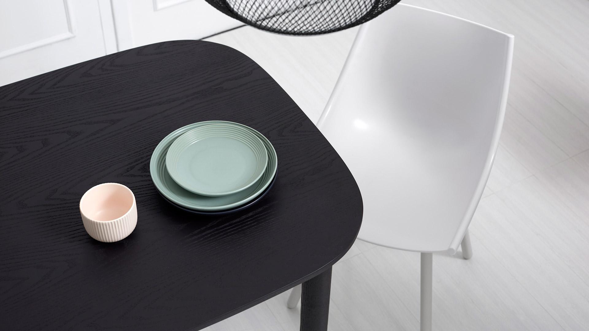 利落清晰的边界线条,揉合多重圆润曲线,以精简外形映衬木材的自然质感,让桌子多了一分柔和。