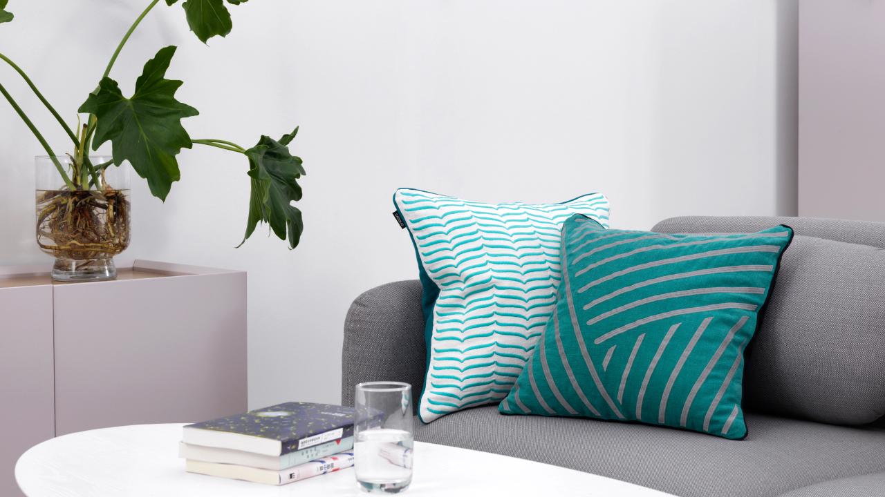 舒适升级沙发里的追剧时间,羽丝绒芯组合苎麻面料,自带舒压身心的力量,抱在怀里更是安全感满分。