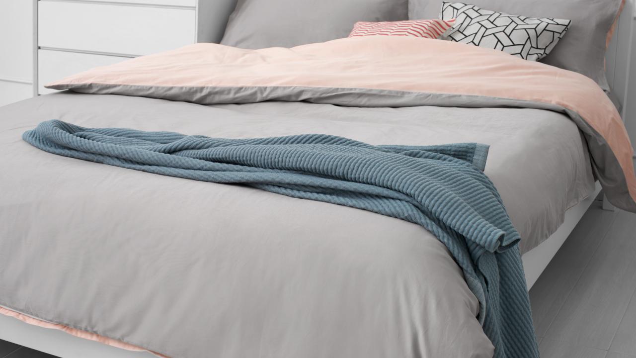 别让床品的颜色纹样坏了一屋好品味,最稳妥的高灰天生高级质感,再拿粉色加点趣,躺在亲肤透气的有眠里,搭一条盖毯和几样抱枕,舒适度瞬间饱满。