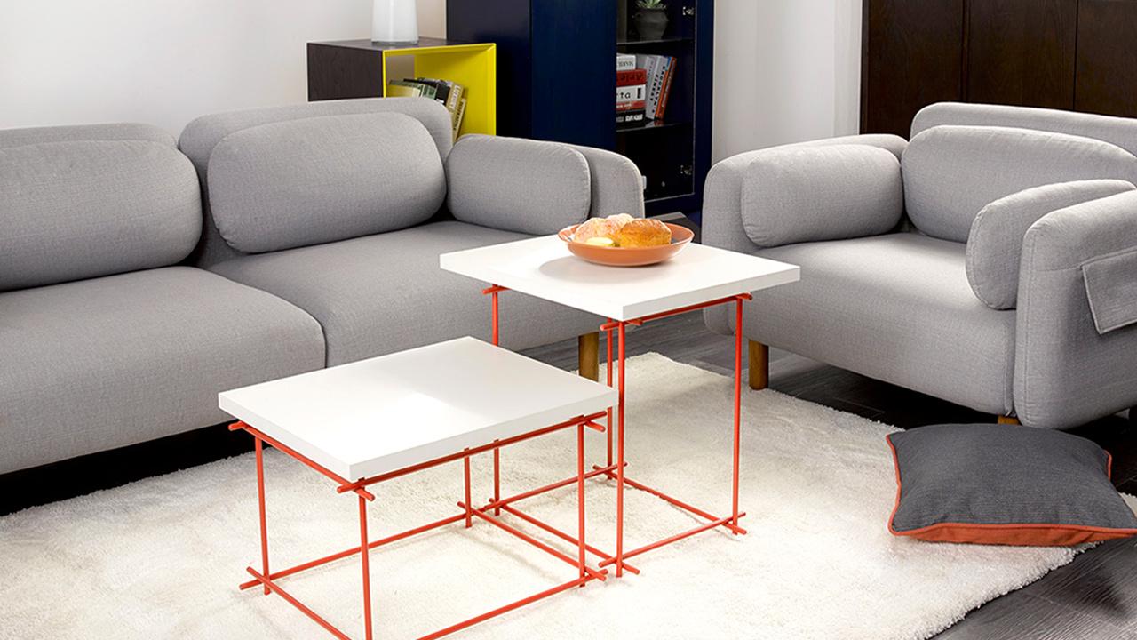 双人坐+单人坐的鹅卵石沙发形成的体量感,用纤长通透的线几搭配,更显明快。