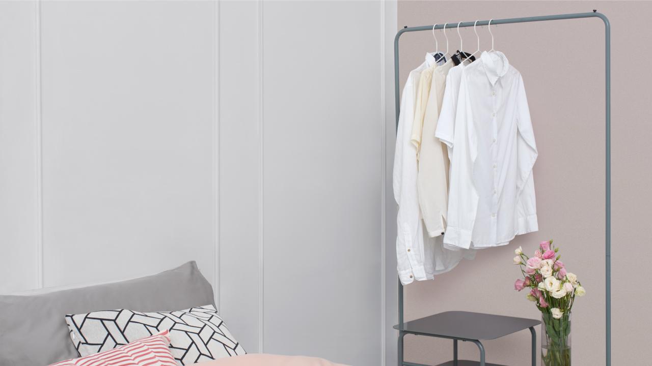 给每日穿搭一个秀出来的机会,闺格置物架是最佳选择,深色框架和房间的柔和氛围相搭调,也贴合整体的内敛秀气,一进卧室就放下的衣服和提包等小物,统统交到这里。