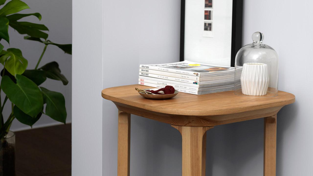 狭小玄关、墙角转弯处,总有这样的一方空间无以为用,不如让身形纤细灵巧的边桌来拯救它,随手摆放的书籍、玩偶、绿植……是生活中的乐趣点缀,启发无限想象。