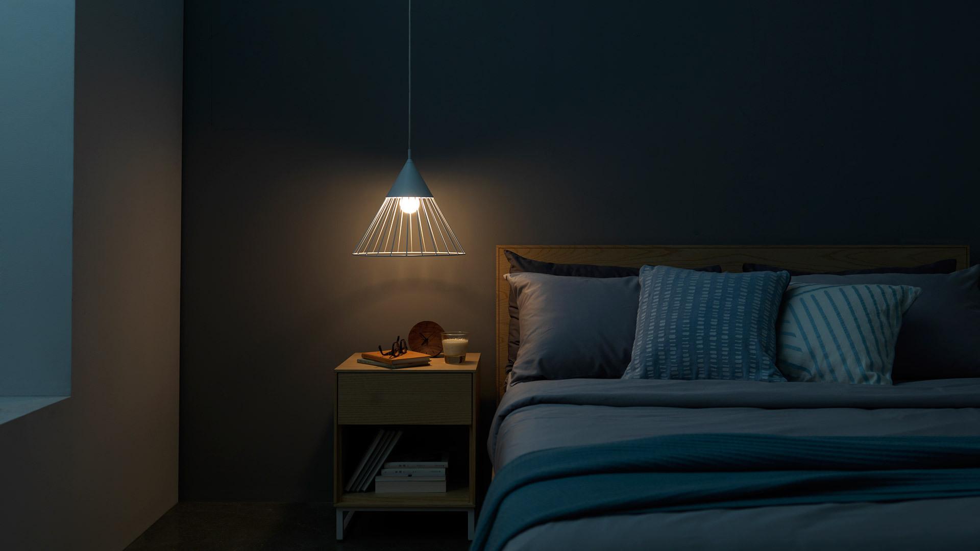 米白狐步灯于床头低垂,点破卧室水平结构线,给方正硬朗的画板套系添了一份灵动。小吊灯的光晕在静默中回旋,一杯牛奶配好书,开启夜间独享的美好时光。