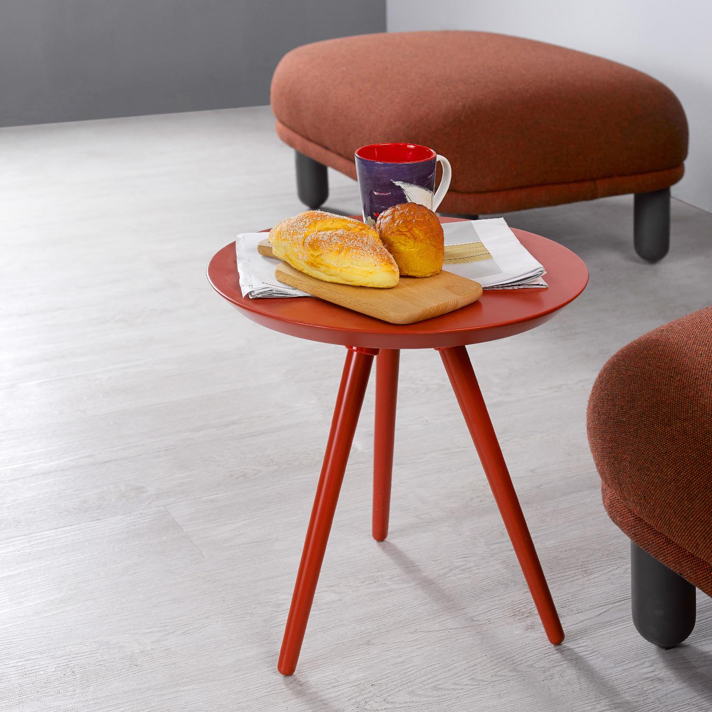 在躺椅和脚墩边搭配一只高度适宜的茜红色画板小彩几能空间更有层次感。