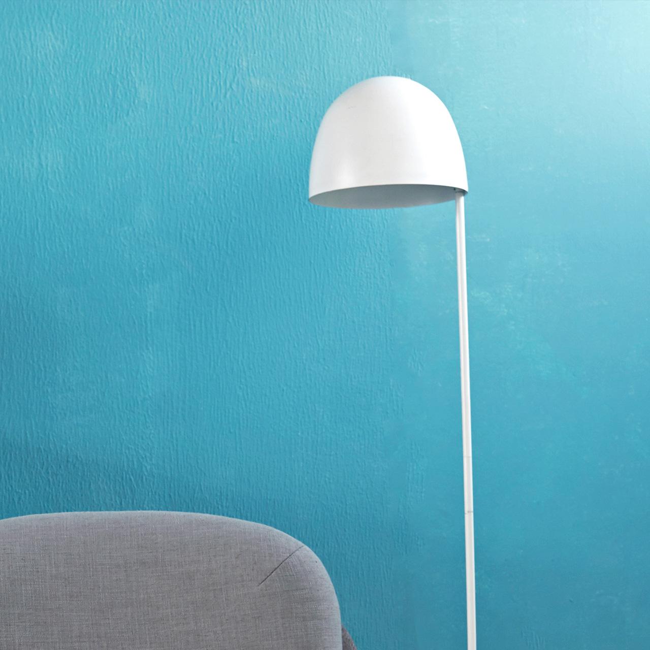 云白色水母地灯,接近1米5的修长身高,轻松拉长了这个角落的线条,适中的光线距离正好给你最柔和阅读氛围。
