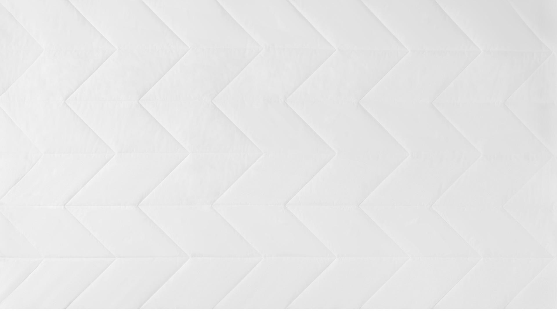 表面采用内衣品级100%全棉面料,面料纱线以40纱支200根密度为标准,质感细腻柔软,具有吸汗、保温、耐热、安全不刺激的特性,每晚给肌肤婴儿般的吻。所有菱形格均采用45°折线绗缝工艺,保证填充物固定不脱絮的同时被芯薄厚均匀,藏在被罩里的第一层都要精准美观。?x-oss-process=image/format,jpg/interlace,1