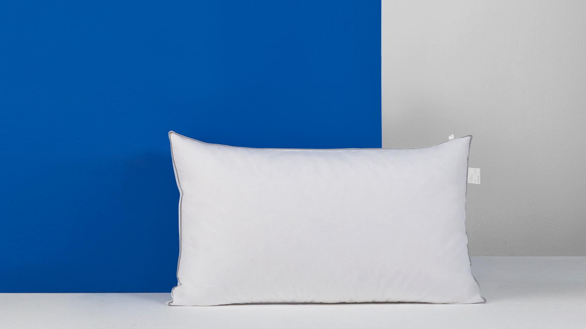 一款怎样设计的枕芯,能同时满足松软透气的肌肤触感,以及放松颈椎疲倦的双重需求呢?我们在鸭绒与鸭毛的内外双层填充的包裹结构里,找到了完美答案。