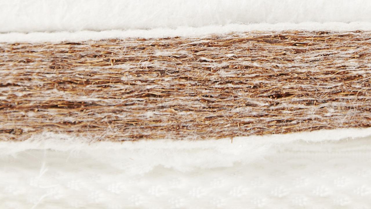 反面为3公分厚的3D天然纤维椰棕制成的椰棕层,硬度中硬,透气性极强的棕垫可以有效保持床垫透气干爽,适合炎热的夏季使用;专利工艺热风穿透定型,一滴胶水都不用,天然环保,再也不用担心甲醛伤害睡眠中的家人。