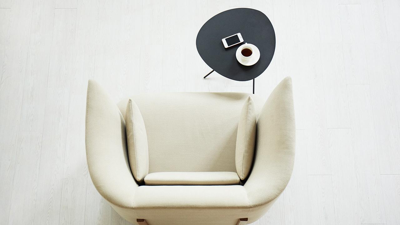 快速移动到单人沙发边、床边作为边桌用,甚至床头用作床头柜用,都是空几超强适应力的绝佳表现。