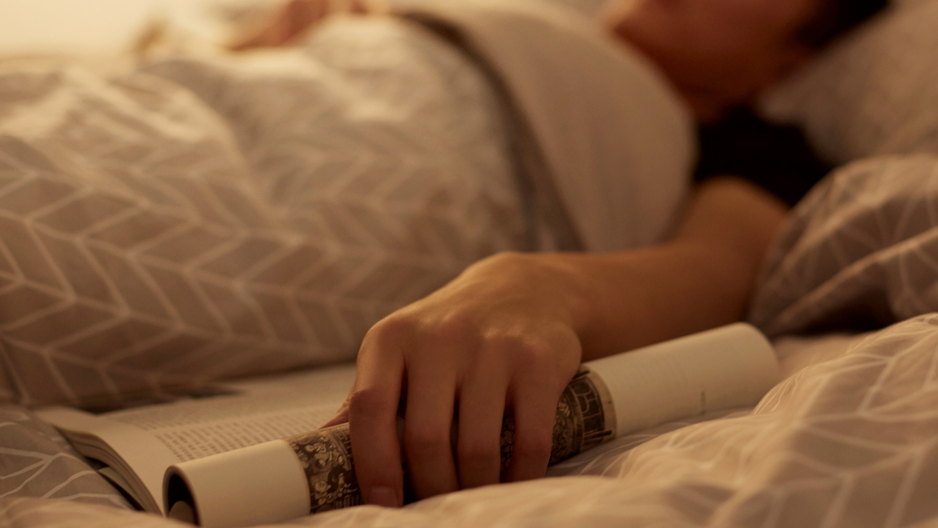 有眠,究极选材,挑剔触肤体验,让睡眠质量更好,让城市今夜有眠。四件套包含:枕套两件、被罩一件、床单或床笠一件。