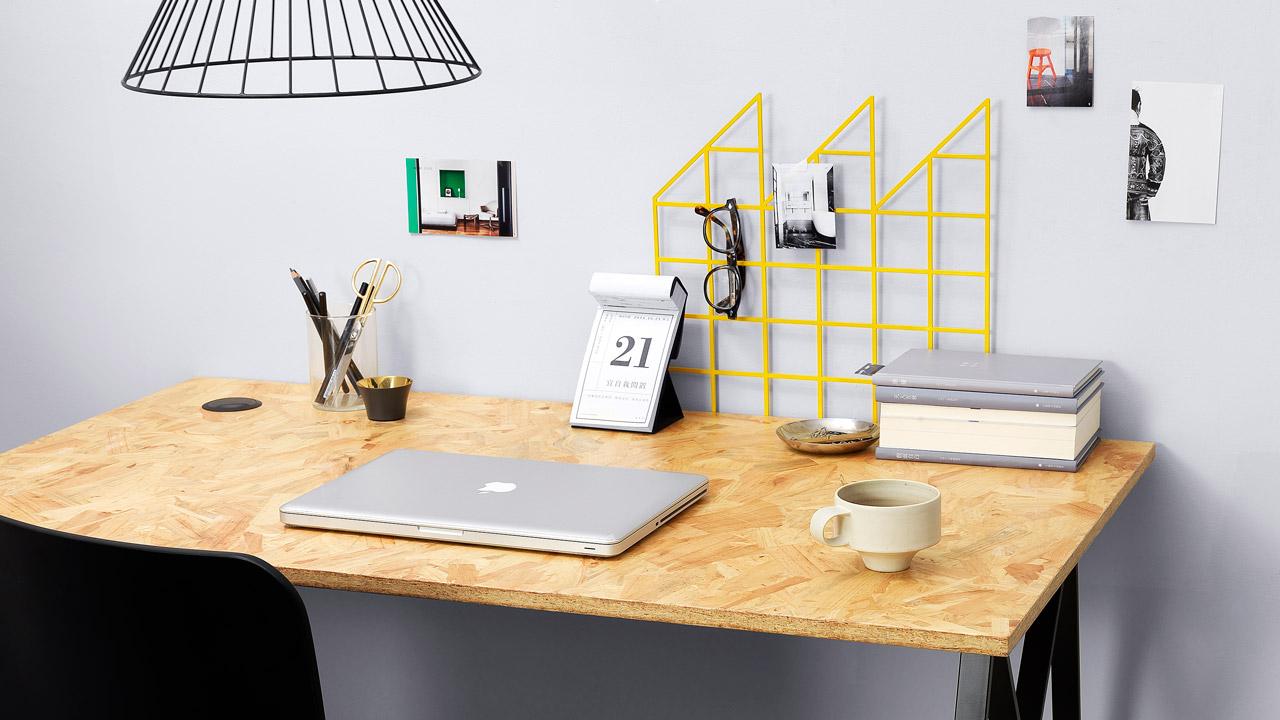 欧松板粗犷宽大的桌面特色,一眼彰显现代工业风格的厚重美感,与任意几何线条的灯具、桌面摆件自然融合,工作室大气酷感不单调。