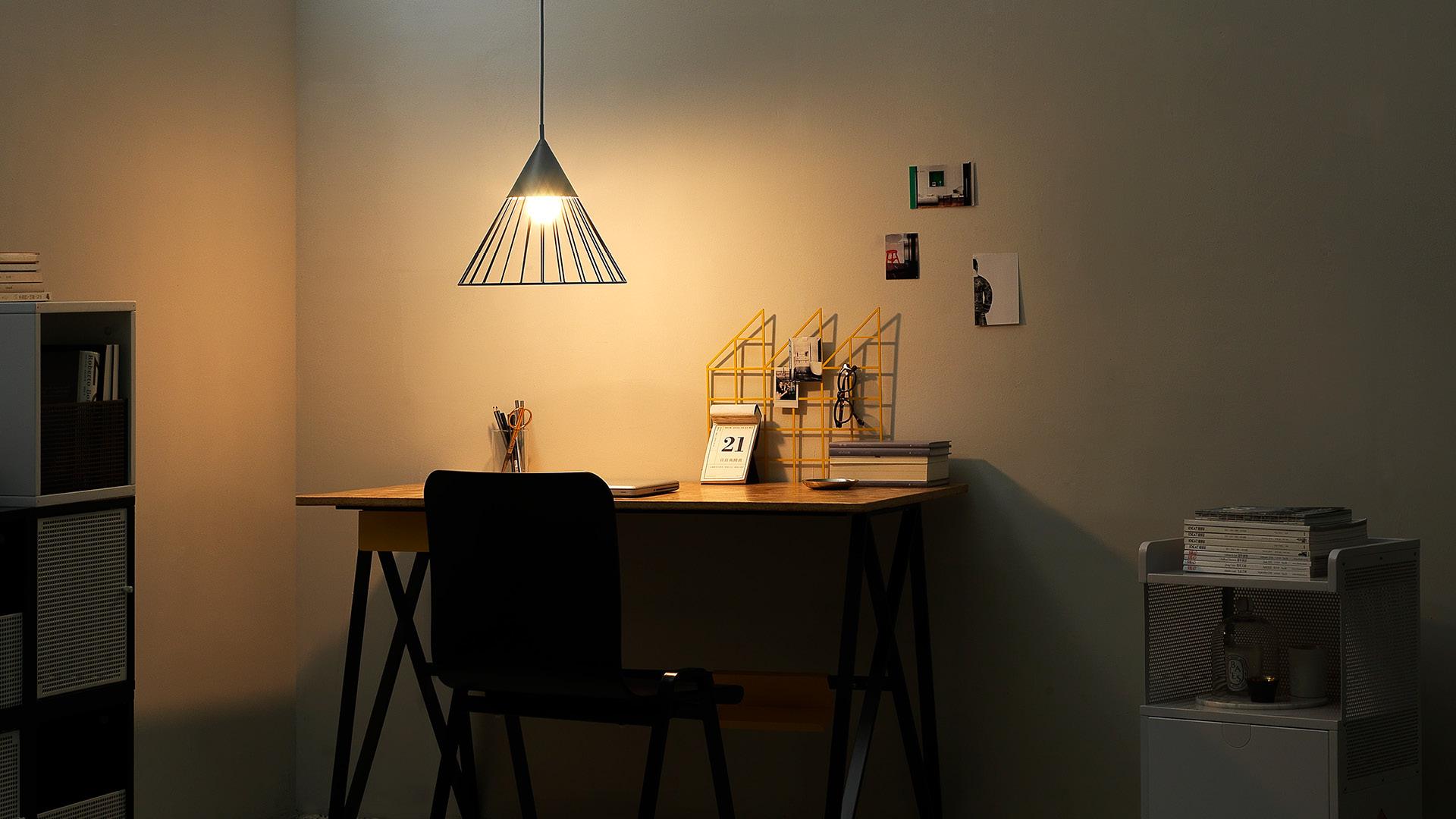 书房与工作室的氛围光源,温润舞步在黑暗中曼妙起舞,中和了刚硬的工业风空间,粗犷深处闪烁的一束柔软。