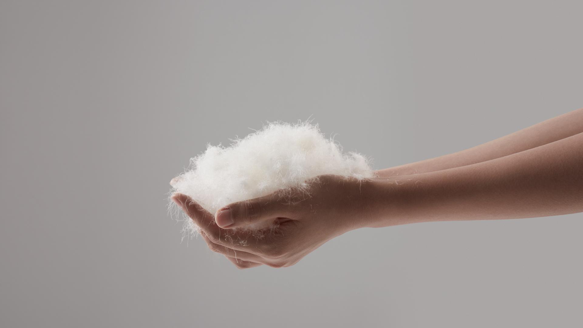 填充净重、含绒量以及蓬松度三个因素决定了鸭绒性能的好坏。我们取白鸭翅下、腹下的朵状初生绒毛,经过8个流程精细加工而得的白鸭绒,填充在枕芯外环,其含绒量达到30%,星朵状结构,带来触感轻柔、质感蓬松、吸汗排湿、透气良好的特点,最大限度降低粘稠闷热感,保证一整夜干爽安睡。