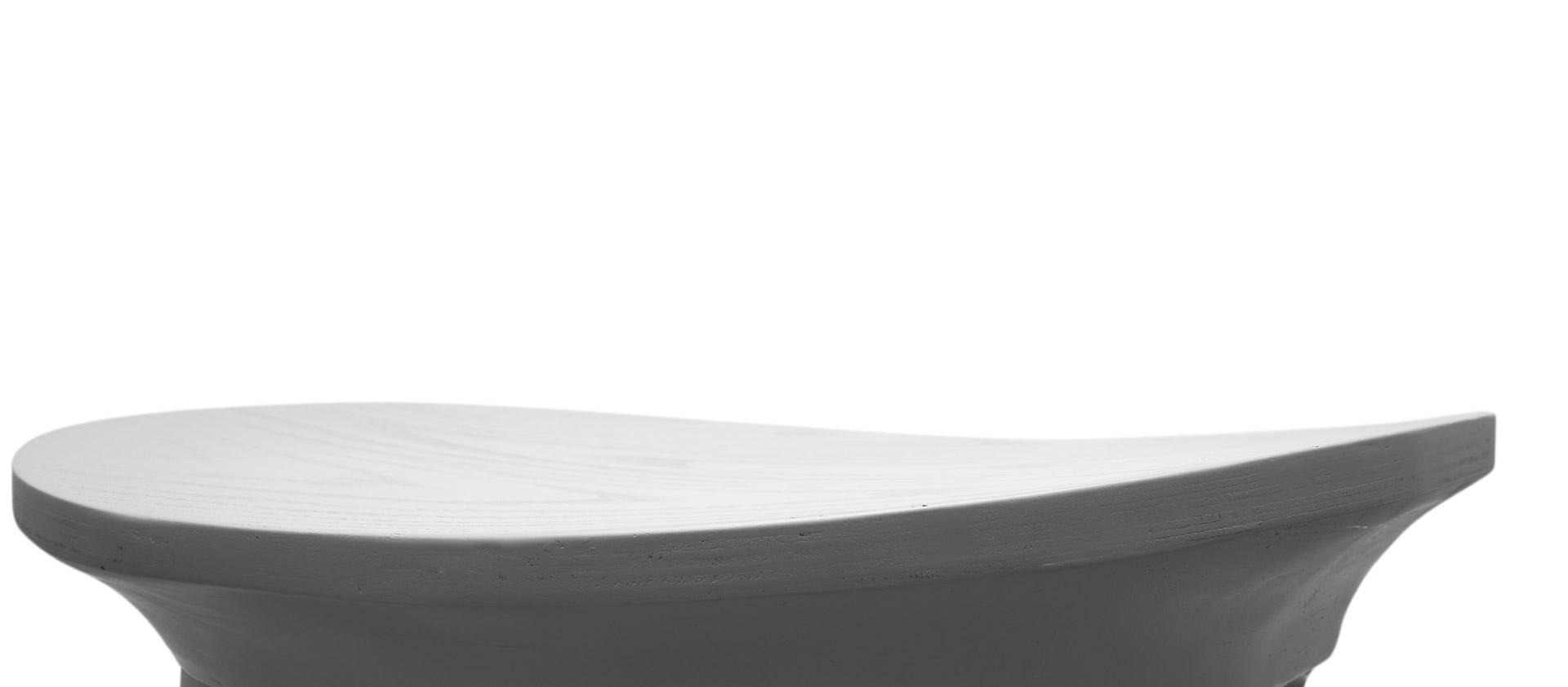 8处以上曲线处理,让木作造型趣味盎然。屋角飞檐式边际线,抽象东方式的惊鸿一瞥,多维流畅曲线椅座,形成飞扬律动的设计感。
