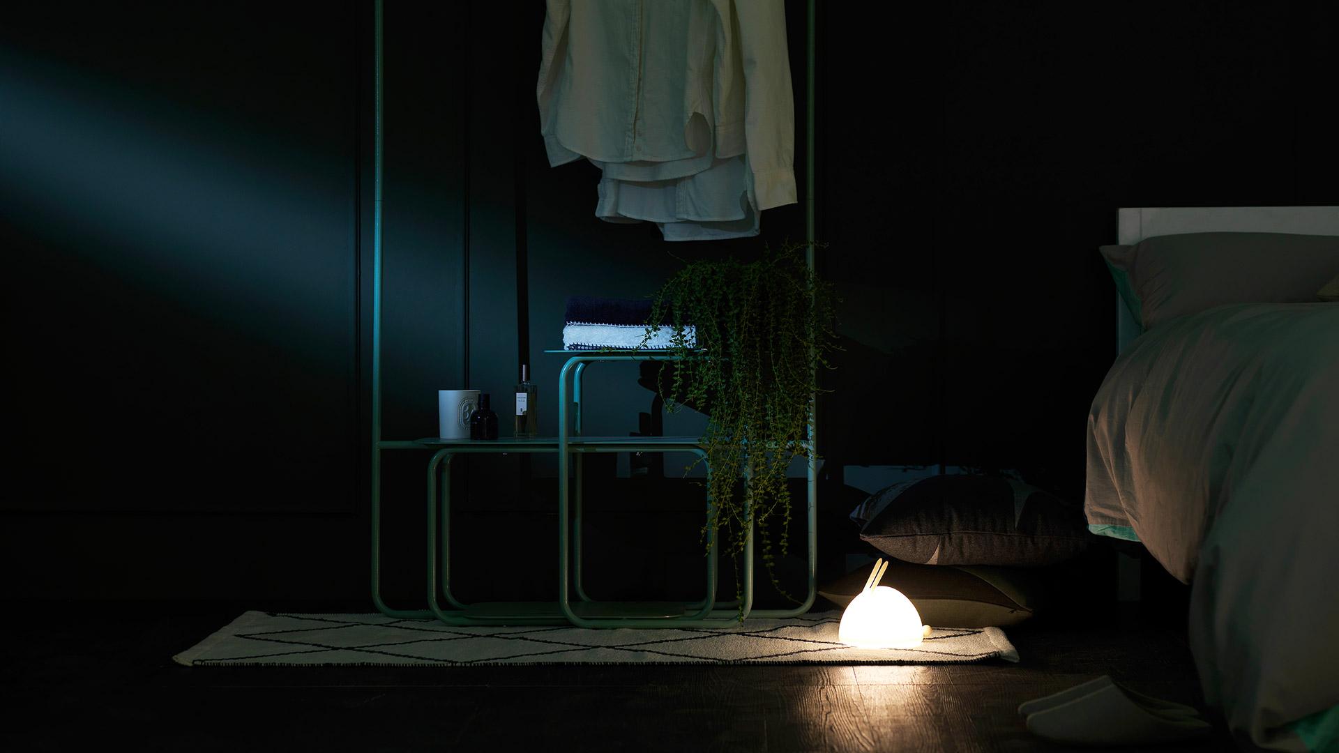 作为光感舒适的小夜灯,夜晚下床时更加轻松与安全,解救在黑暗中摸索开关的双手,且不影响身边熟睡的TA。
