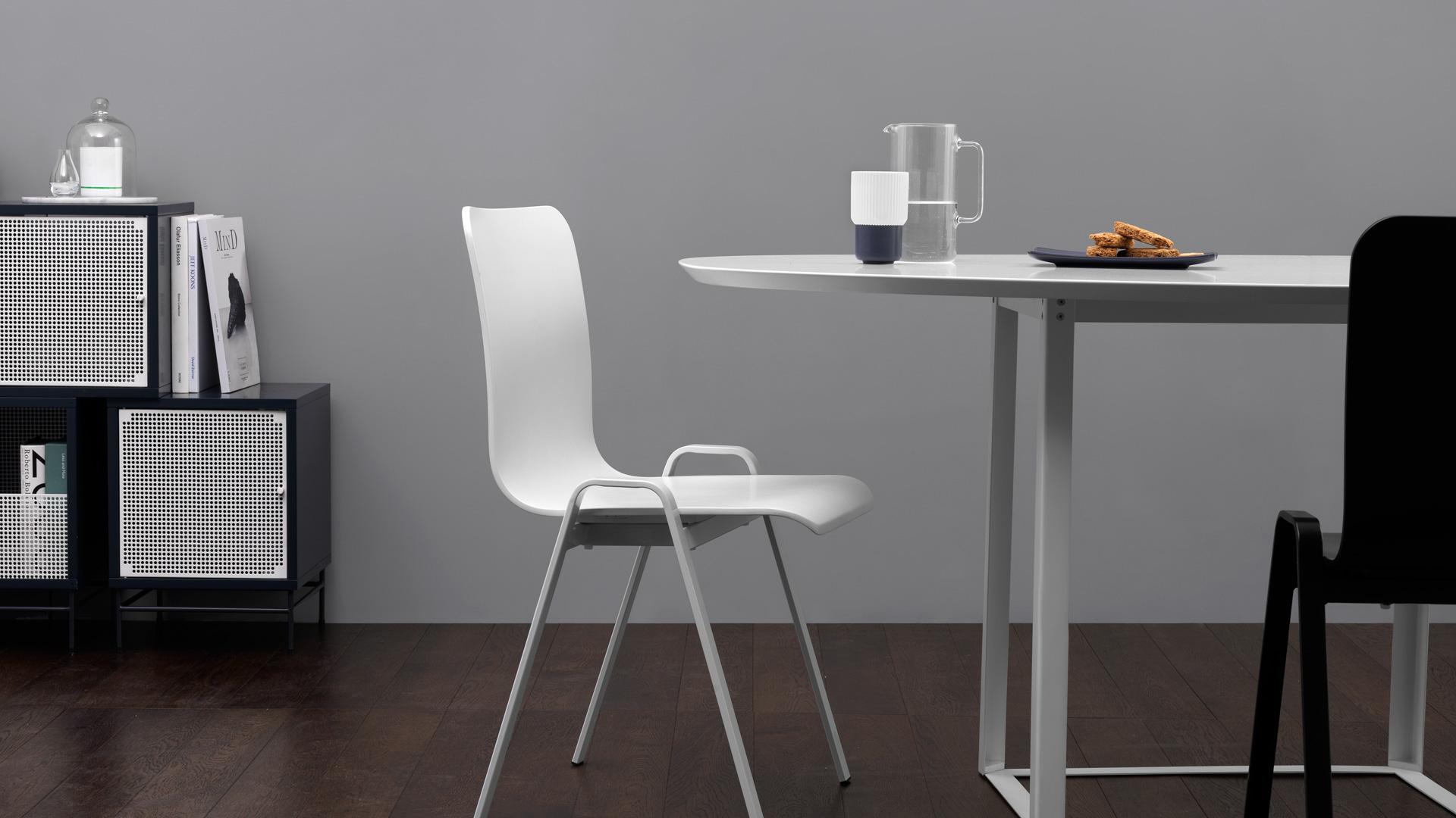 不加多余修饰的硬朗支撑,给餐厅简洁大气的质感,搭配同色系餐桌和餐具,带来清爽不流俗的个性格调。