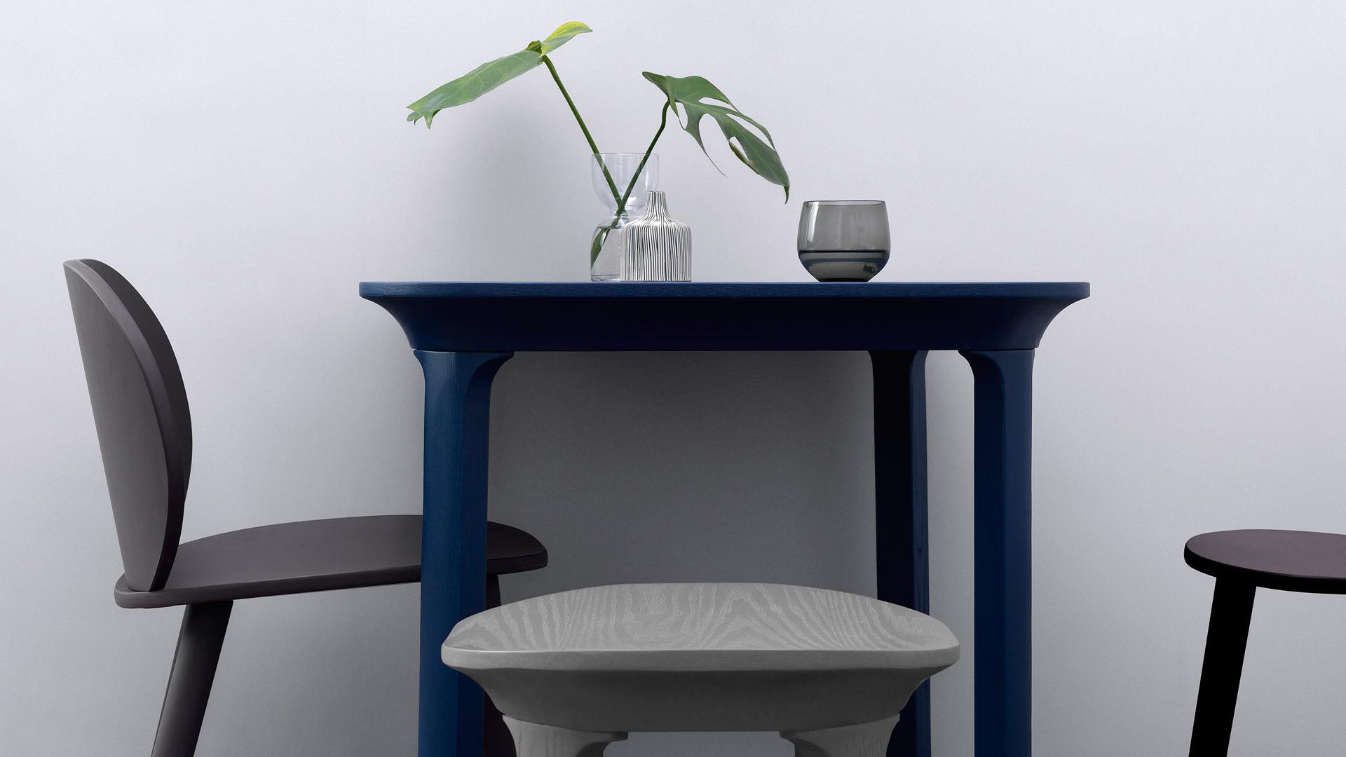 餐桌放置一件通透的瓦檐小凳,增加落座可能的前提下,让空间更有层次感。