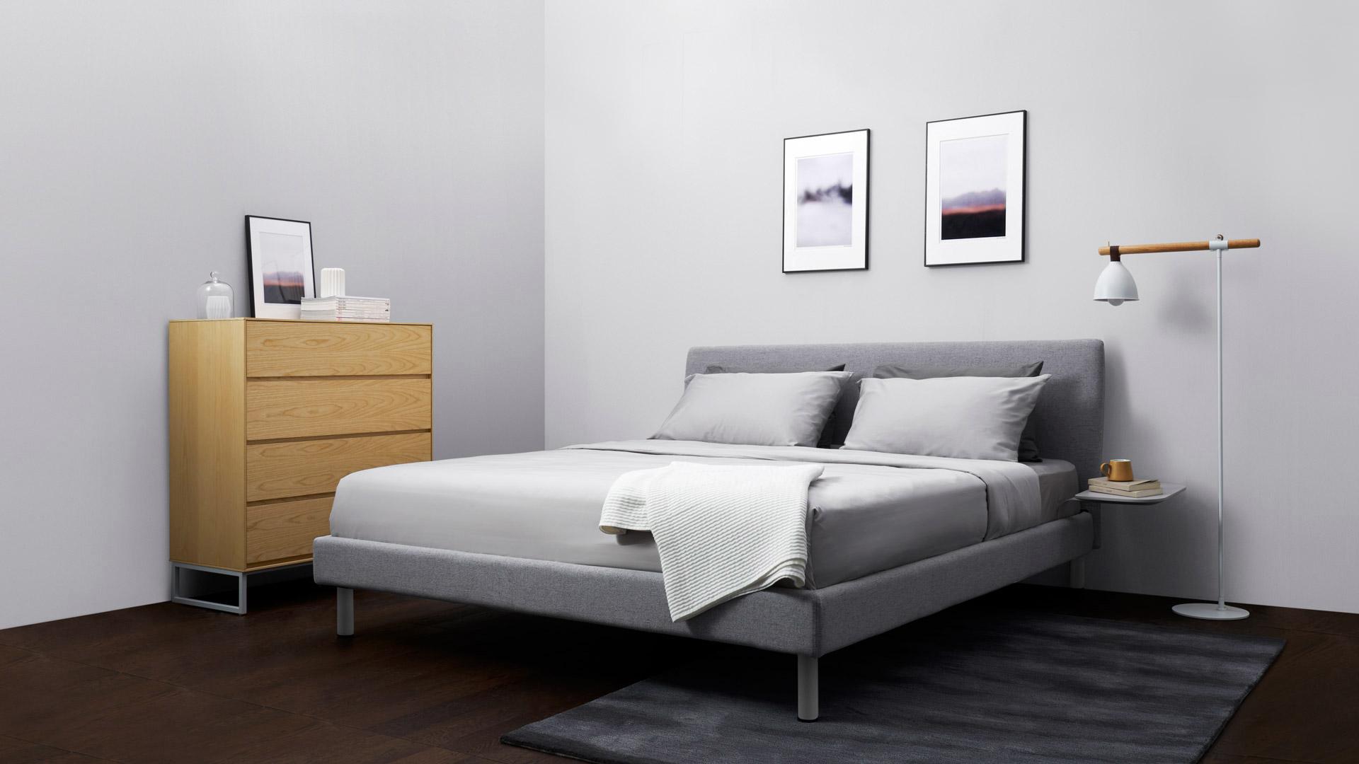 选择新画板斗柜收纳床边零碎,上层平板放置小摆件,四层抽屉留有超大收纳空间,控制到极致的利落线条,触感温润的木本色,营造出空间的简约大方。
