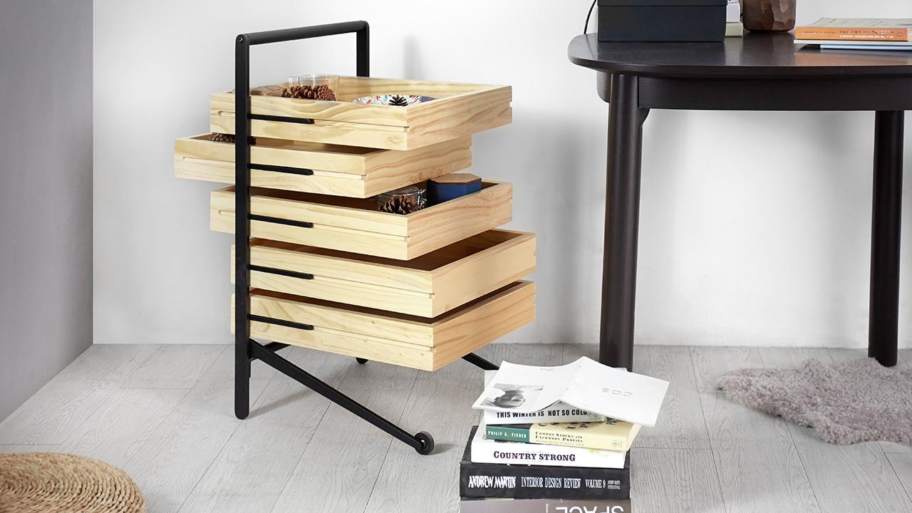做为书桌边的收纳柜,工作小物与文具随收随取。
