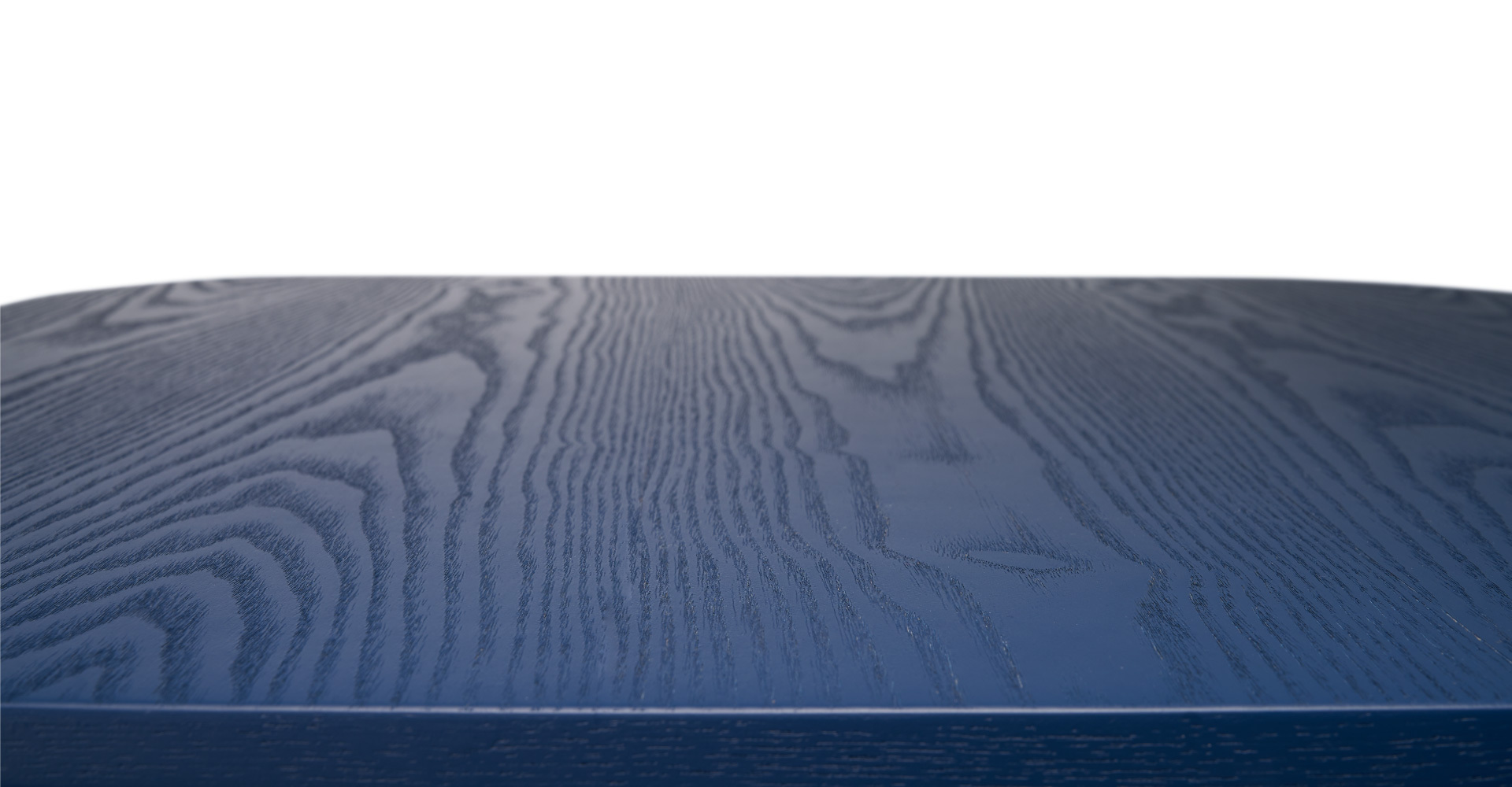 水曲柳弦切板面,拥有各自不同的天然肌理,年轮线呈现不规则的大山纹,配以半开放全哑光漆面效果,保留原生深浅纹路,融会现代色彩与自然材质,流露内敛质朴之美。