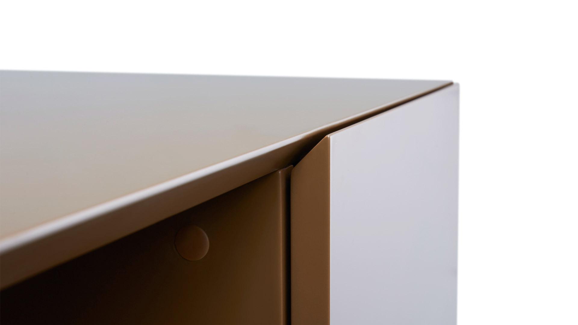 柜体边缘独特的45°精密拼角,区别于市面绝大多数的90°产品,展现细节的极致考究。整个柜体至少运用10处,再现中国最顶级加工艺术。