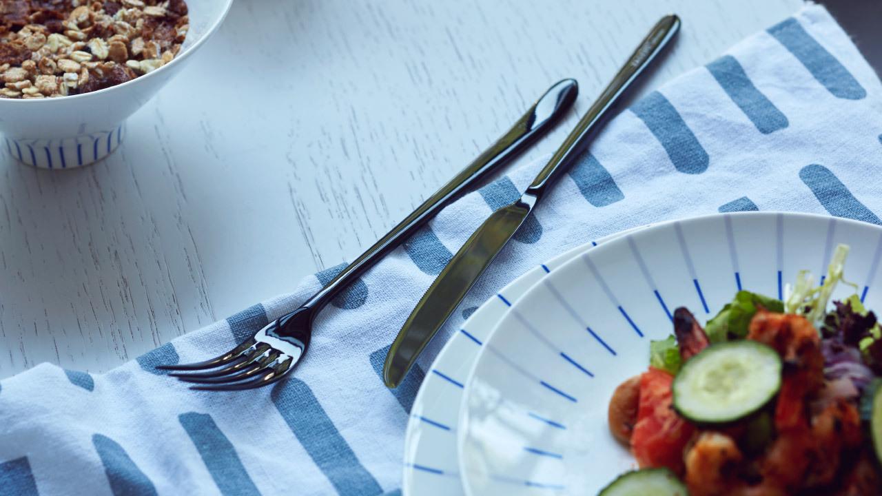 木桌纹理贴合秋的自然,餐盘白底与刀叉的黑色线条对比搭配,用餐时间好比在画布挥洒。