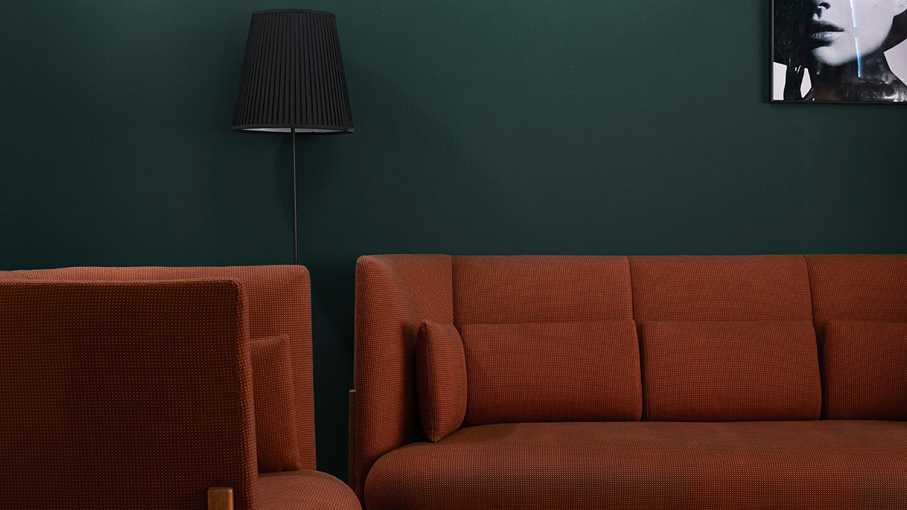 三人位+单人位的沙发围合方式,大中产客厅样本式的居住表达。如果问造作君再加一个单人落座区怎么做?真的别double,用单人扶手椅才好。