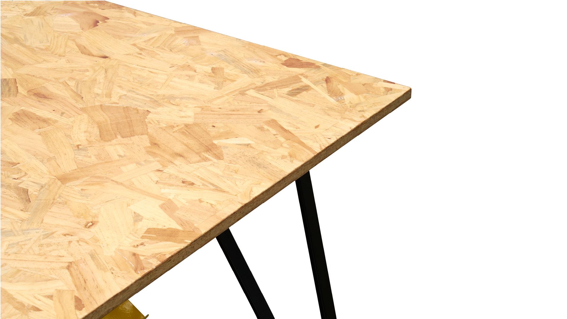 桌面采用最早来自欧洲,上世纪七八十年代风靡欧美家具业的欧松板。重组木质纹理结构的新型板种,甲醛释放量几乎为零,符合E1级环保标准。自然原始的纹理效果,更添一抹奔放的艺术气息。