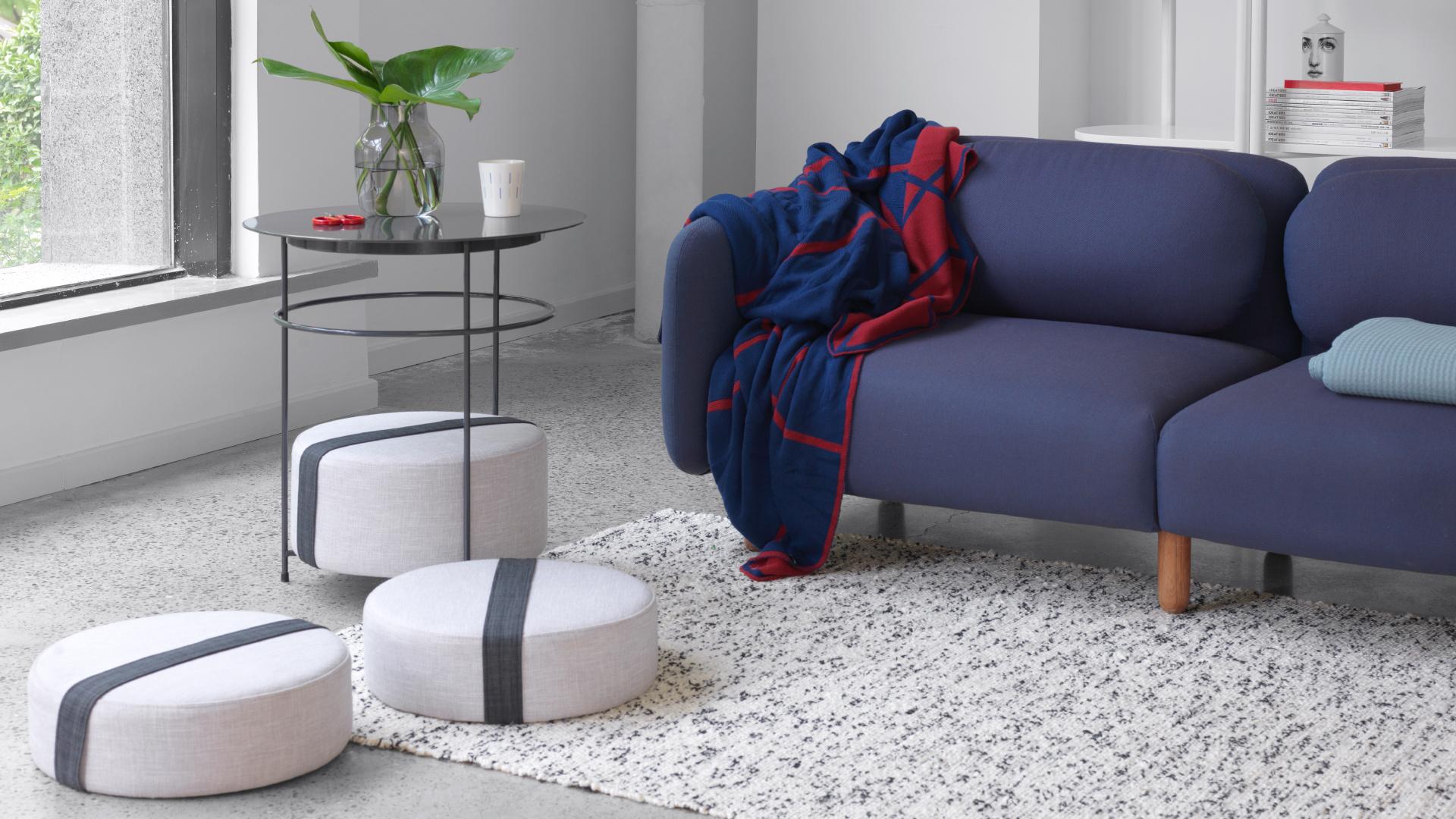 用圆润的鹅卵石沙发奠定轻松氛围,深色沙发对撞浅色地毯,立添一抹轻快。这时,只需一张贴身盖毯,便能实现你对周末小憩的全部期许。