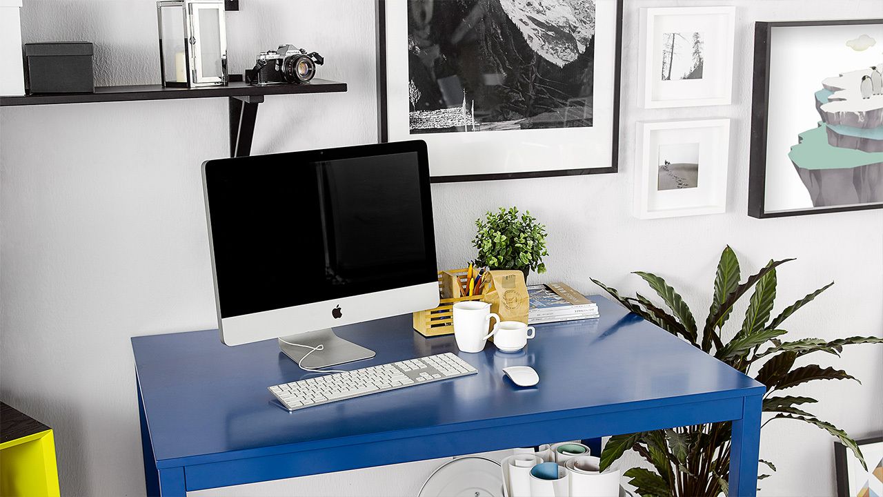 放在蓝色作业本桌子上的iMAC,还有比这更好的搭配么?不过你尽可以把对面装饰成灵感墙,珍惜每一个创意瞬间。