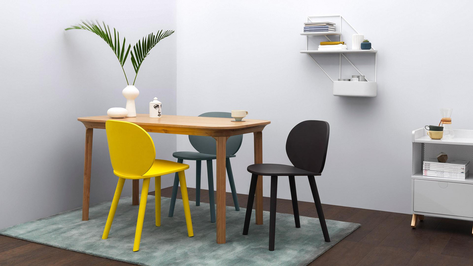 豌豆椅、星云置物系、赋格小柜,搭配瓦檐餐桌,打造一处精致餐区,圆弧曲线相互呼应,一抹鲜亮柠黄提亮围坐氛围,优雅用餐仪式立添俏皮情趣。