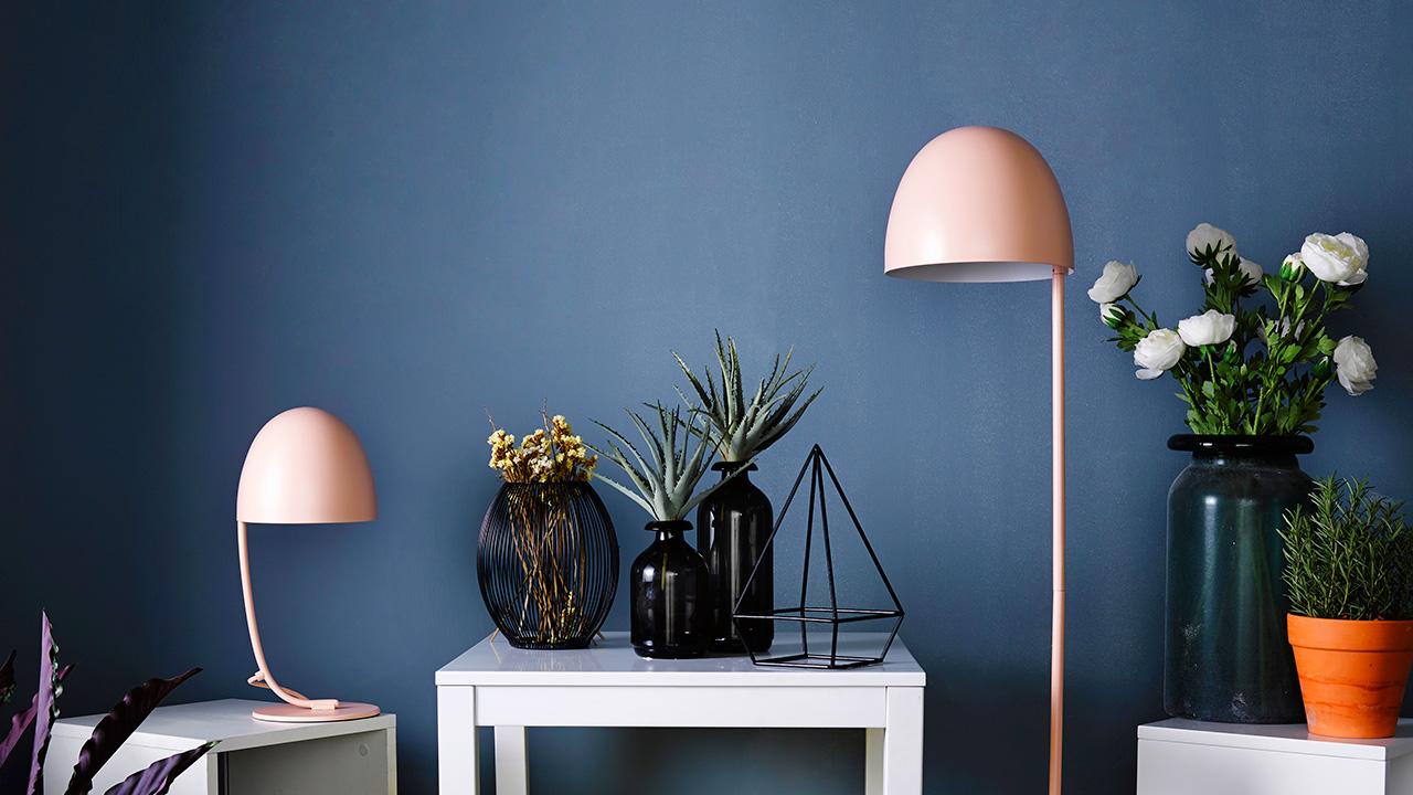 两种体量选择,台灯或是落地灯聚拢温柔的光,落下水母般的柔软细腻。