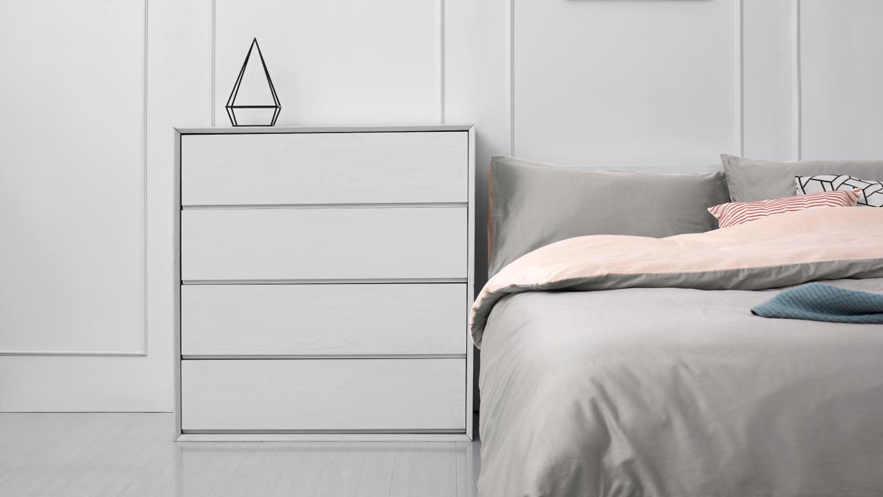 床边收纳零碎的大块头哪能满眼笨重,试试画板实木斗柜,上层平板放置小摆件,四层抽屉留有超大收纳空间,控制到极致的利落线条,营造出空间的简约大方。