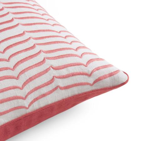 刺绣棉线色泽亮丽,羽丝绒枕芯更显饱满