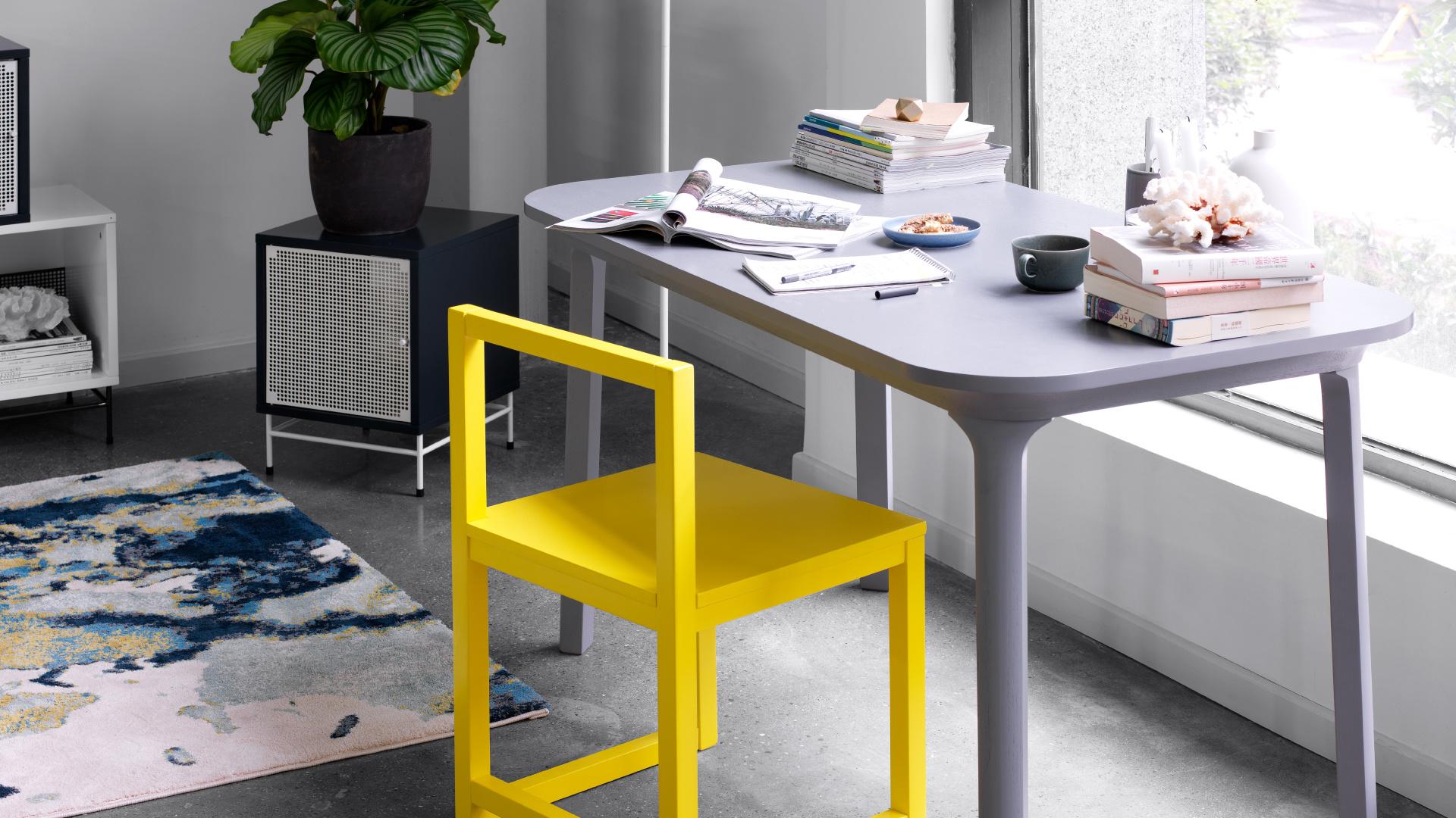 控制到刚刚好的NCS彩色灰度,与撞色单人椅自然融合,给工作间一个漂亮的线面弧度。