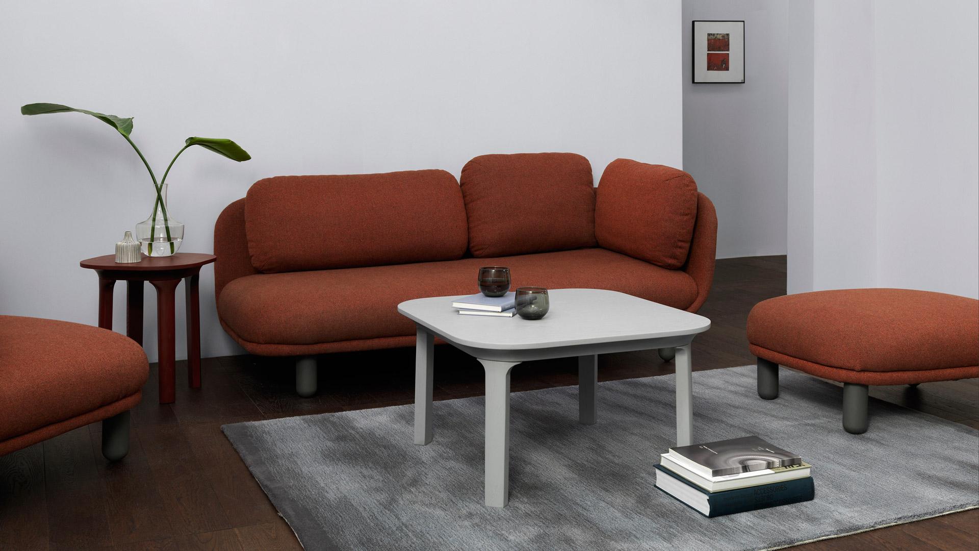 用暖色云团沙发搭起客厅围坐休闲区,毫无冰冷与棱角,纤细灵巧的瓦檐茶几留白空间,靠在地毯,随手即得的书茶,客厅陪伴惬意温暖。