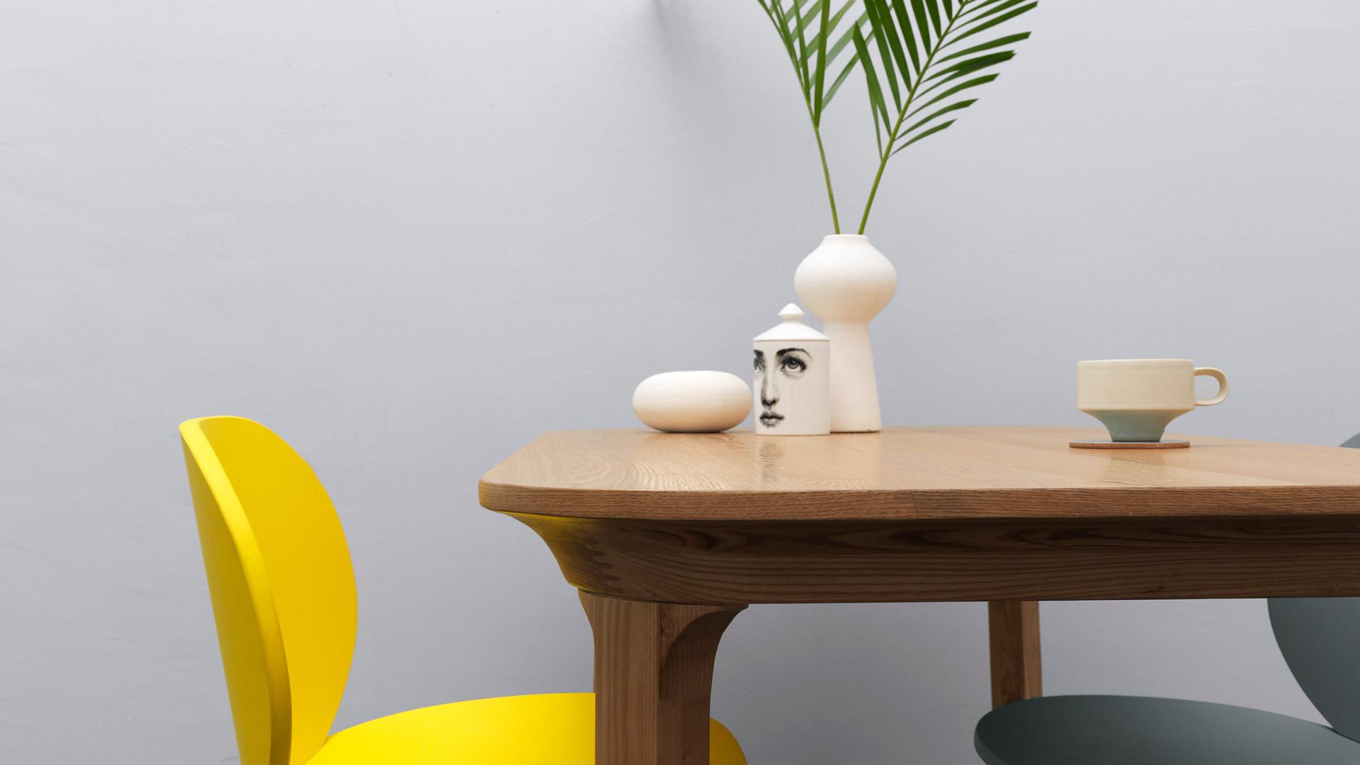 木本色的瓦檐餐桌奠定轻松的自然氛围,一抹柠黄对撞立添轻快气息。这时,只需一杯咖啡,便能实现你对小憩时的全部期许。
