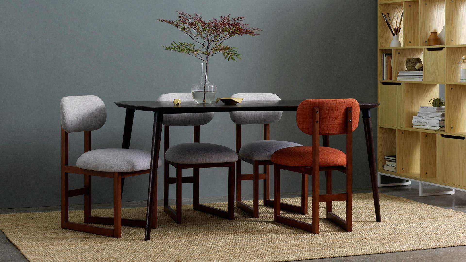 用一把撞色餐椅,点亮优雅餐厅氛围,与家人享受一段犒赏味蕾的时光。
