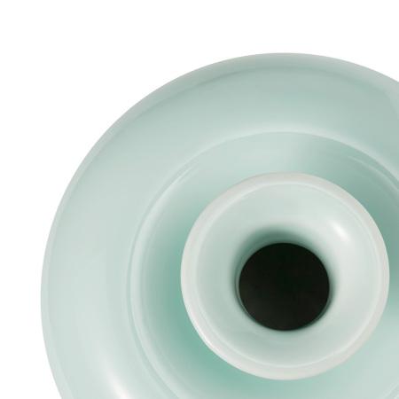 通体采用纯净的青釉工艺,看得到的剔透玲珑感