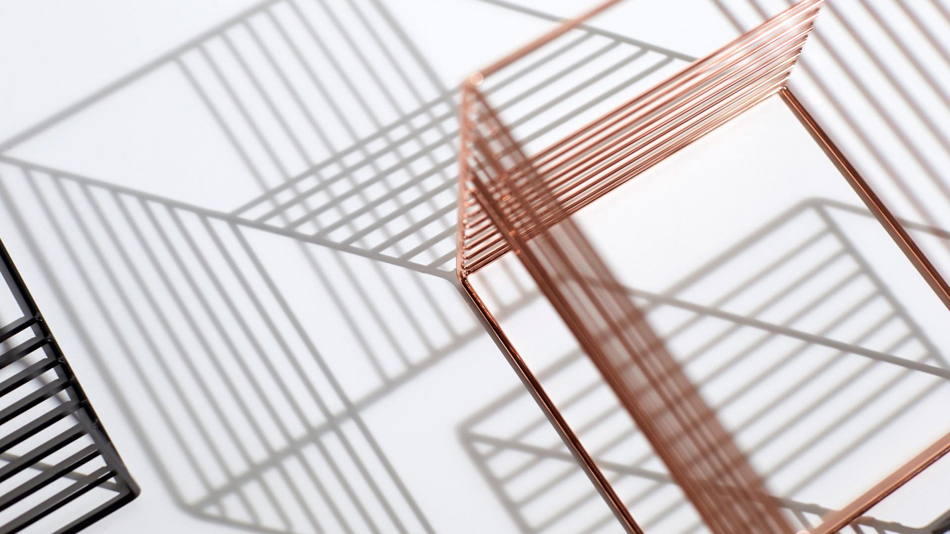 六面立方体,取空间直角坐标系中的X、Y、Z三个互相垂直面,分别装饰8根平行金属线,形成3D视觉游戏,光影挪移,一个抓到时间线的花器。