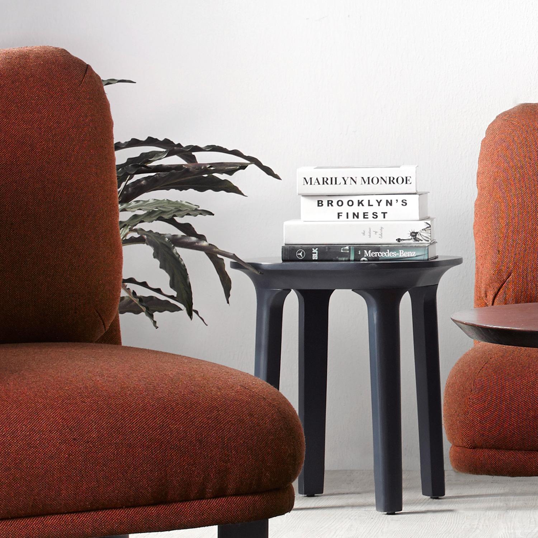 46厘米高的瓦檐边桌,能适应大部分的沙发高度,作为沙发间的边几使用恰到好处。