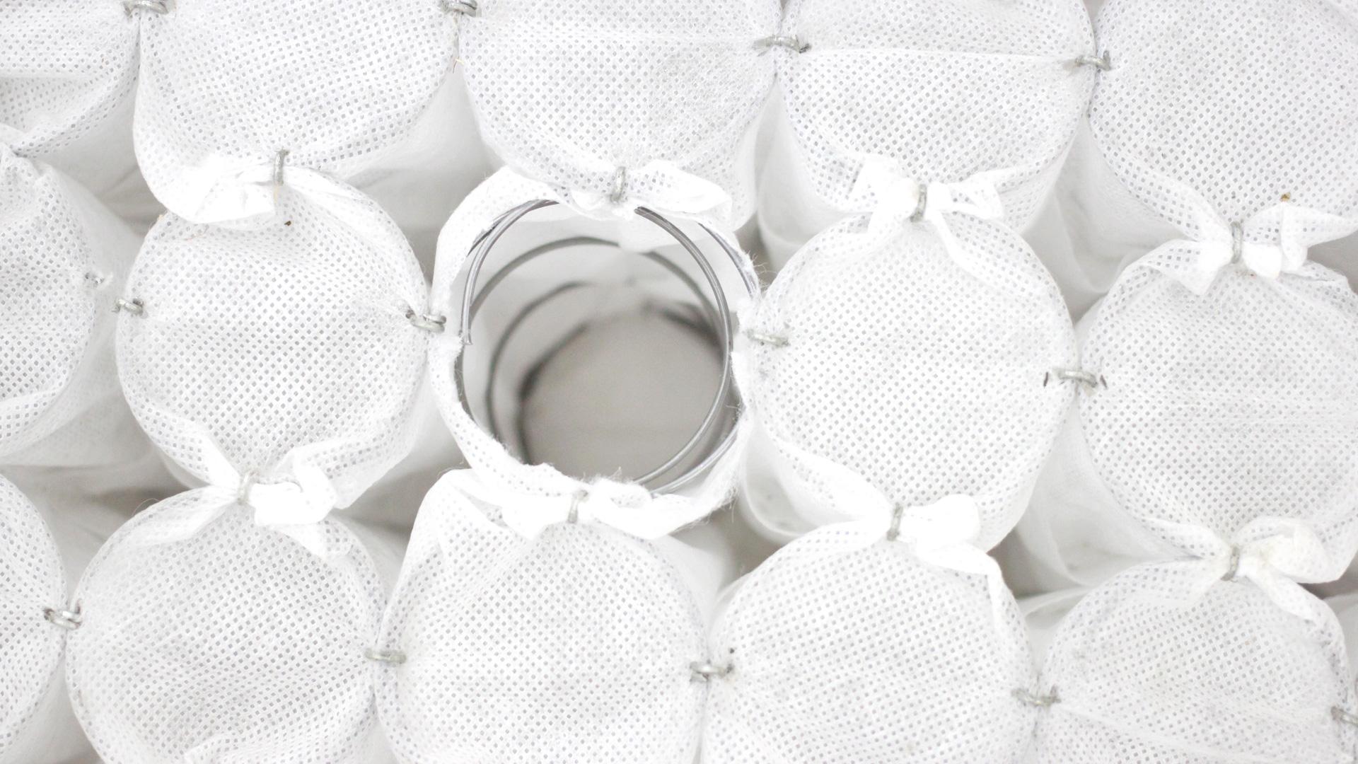 独立弹簧分别装在无纺布袋中,经过热处理和防锈处理的弹簧钢材搭配无纺布袋,保证床垫内部持久清爽干燥的同时有效降低噪音,提供更持久不变形的超强支撑力。
