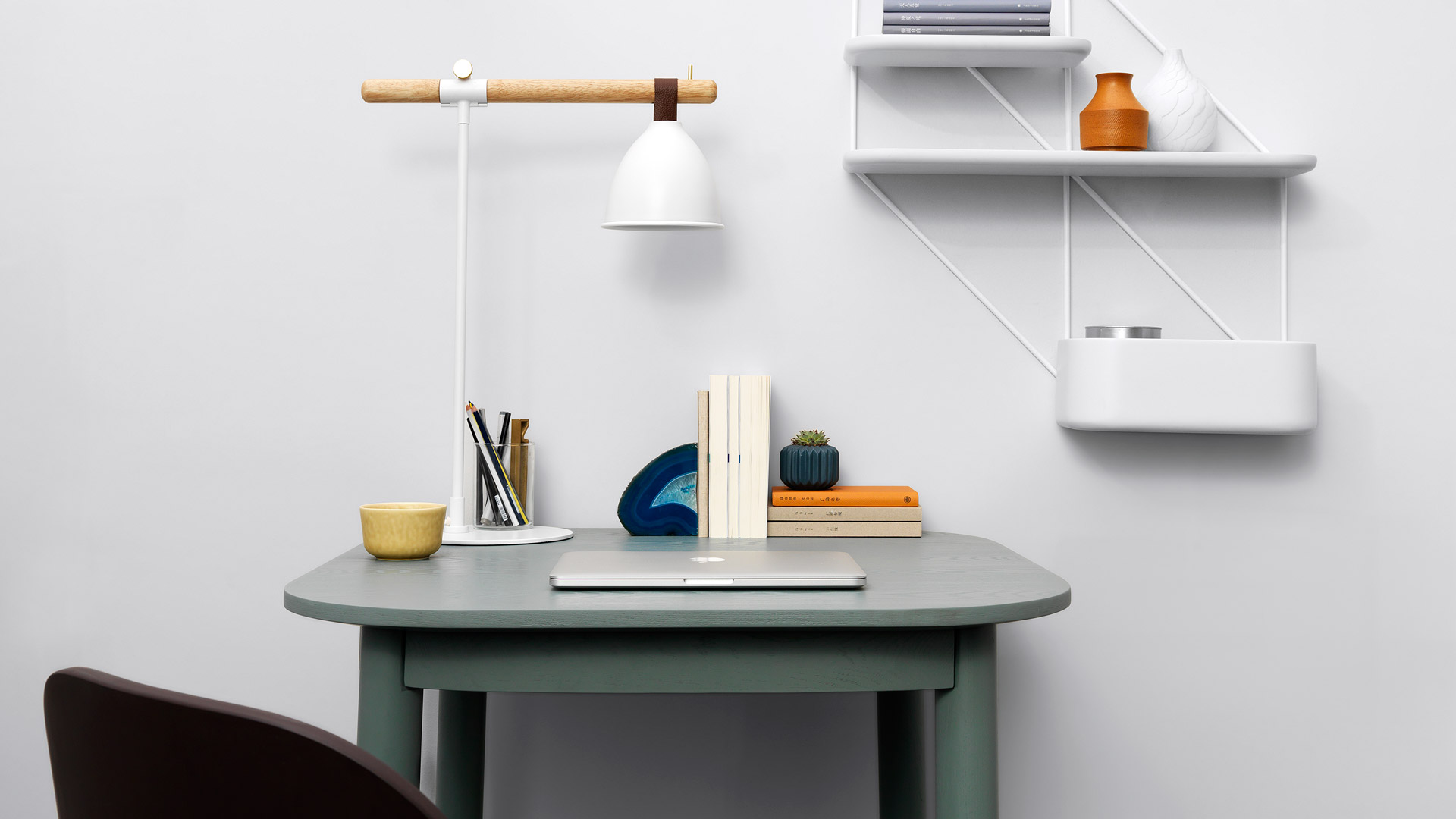 平整线条混搭任意空间,不动声色提升书桌错落层次感,适中的光线距离带来舒适的阅读写作体验。