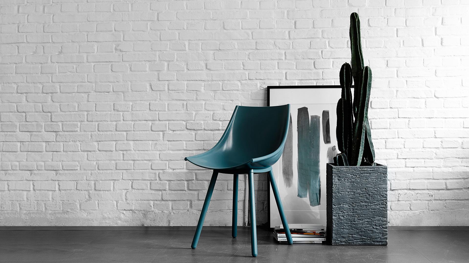 用同样身形挺拔、曲线贴合的丝绸椅作餐椅再合适不过,与硬朗的空间氛围100%融合,沉稳的石灰绿带出第一层性感。?x-oss-process=image/format,jpg/interlace,1